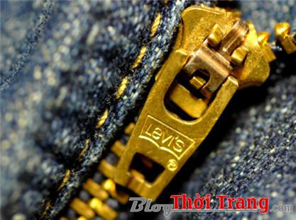khóa quần Levi's phải có chữ Levi's được dập chìm sắc nét. Và đặc biệt, ký tự ® phải nằm ở phía dưới chữ Levi's theo chiều đọc của bạn