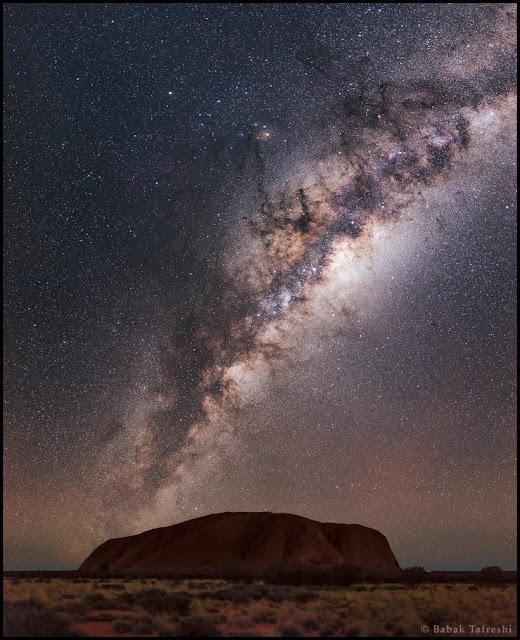 Ngân Hà trên bầu trời Uluru. Tác giả : Babak Tafreshi (TWAN).