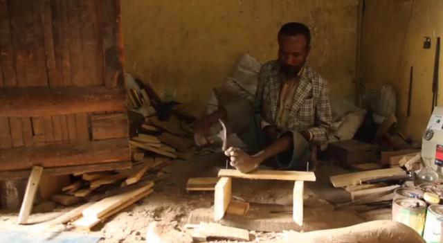 Etíope constrói banquetas usando apenas os pés