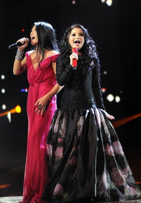 Microphone yang mereka pakai pun bernuansa merah hitam. Hanya saja ...