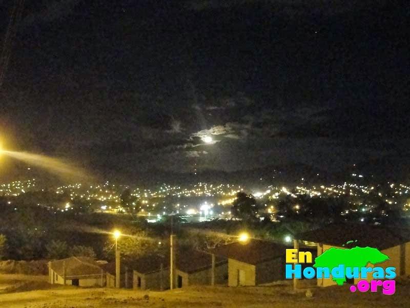 bonita-vista-de-la-ciudad-de-danli-por-la-noche