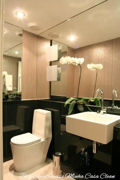 decoracao do lavabo:Rodameio de granito preto, espelhos na frente e na lateral do lavabo