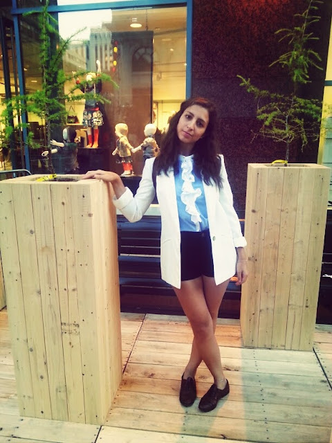 white blazer blue ruffle blouse black shorts oxfords festival mode design