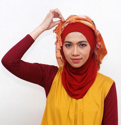 Cara memakai jilbab segitiga modern