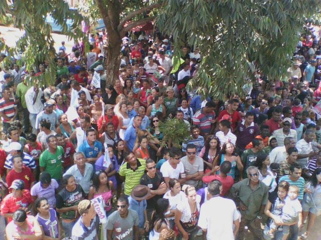 Candidato a prefeito Robério Cunha leva multidão às ruas de Gentio do Ouro em realização de passeata: