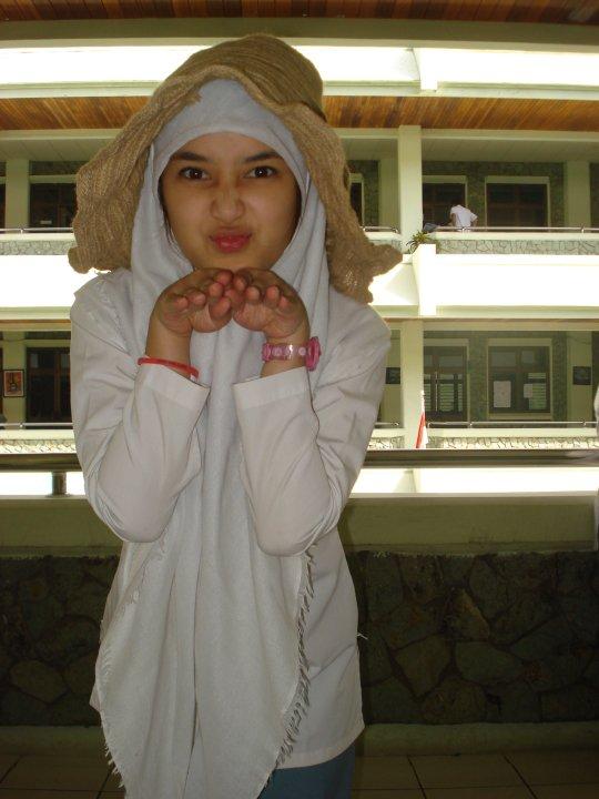 Foto Siswi SMA Berhijab, Putih Cantik (Katanya Artis ...