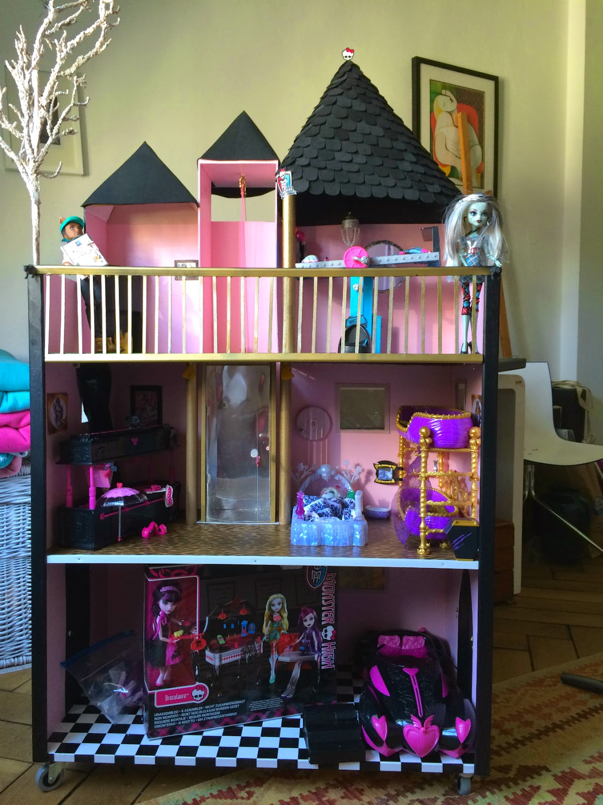 was der weihnachtsmann bringt oder monster high puppenhaus. Black Bedroom Furniture Sets. Home Design Ideas