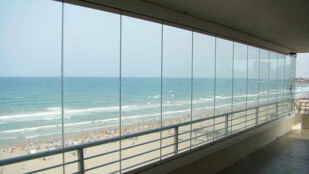 Cortinas de cristal con vidrio templado cerramientos for Ventanas de aluminio con cortina