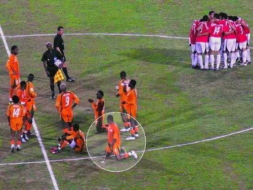 smešna Slika: fudbaler mokri na terenu
