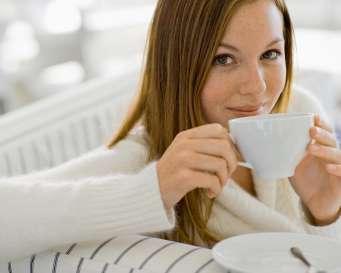فوائد القهوة لبشرتك - امرأة تشرب قهوة - woman drinking coffee