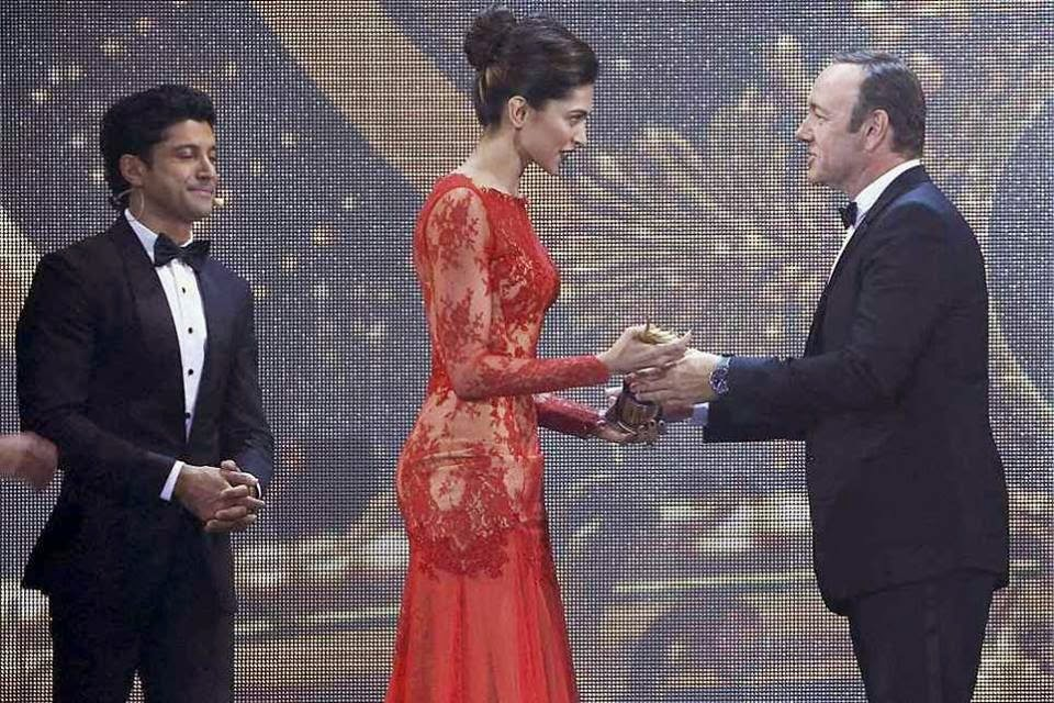 Hollywood actor Kevin Spacey presents IIFA 2014 Best Actress Award to Deepika Padukone in Tampa bay, Florida