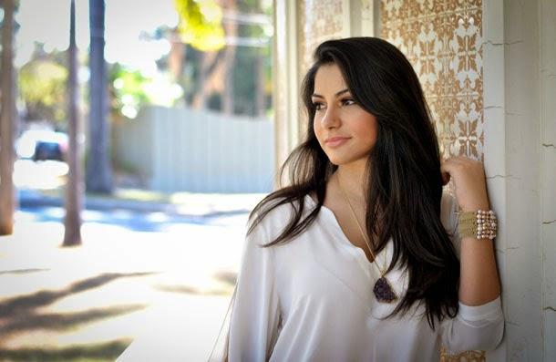 look leve para a primavera: camisa de seda branca