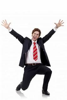 hombre gritando de felicidad