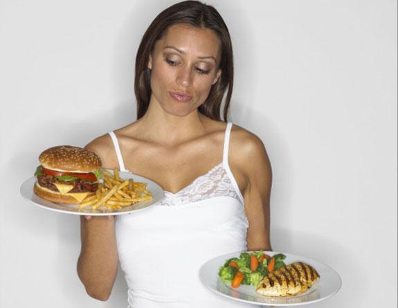 mulher-com-prato-saud%C3%A1vel-e-fast-food.jpg