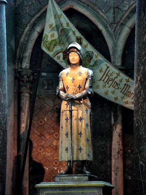 Santa Juana de Arco, estatua en la catedral de Reims