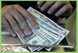 Dólar opera estable al inicio de la jornada tras alcanzar máximos en casi dos meses