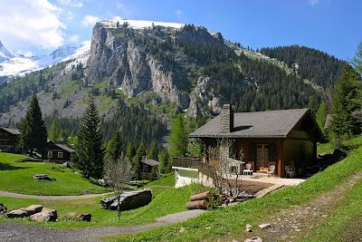 Cabañas en las montañas con un hermoso paisaje
