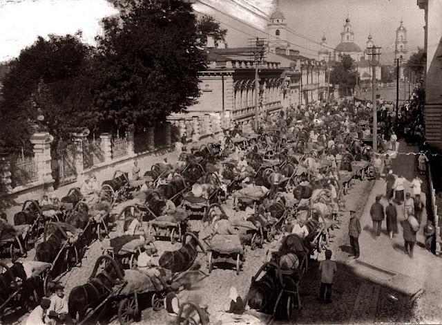 фото Пробка в Москве, начало XX века, пробка из телег с лошадьми