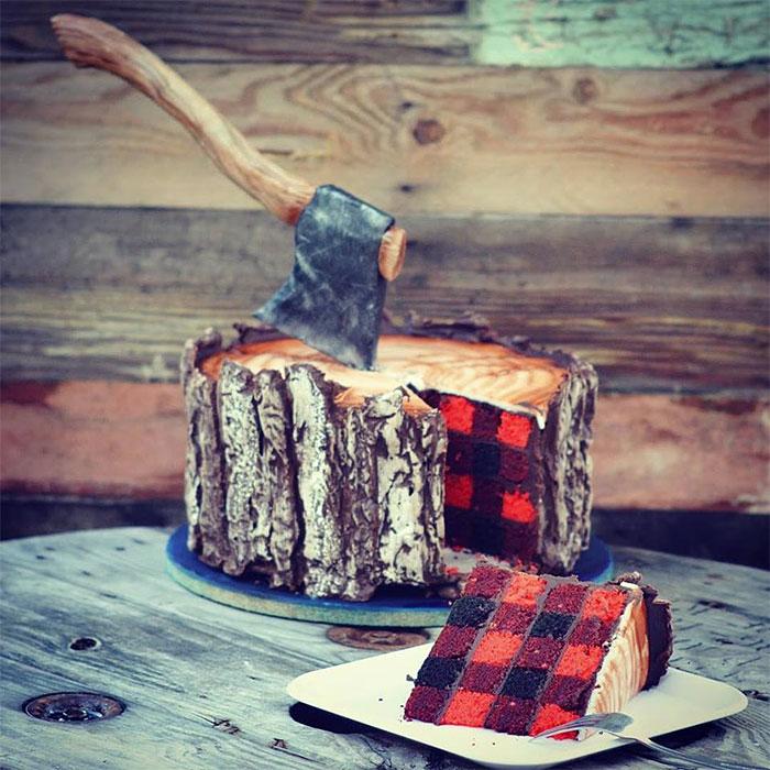 Esta torta Leñador tiene un hacha comestible, y un sabroso patrón de tela escocesa en el medio