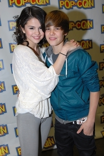 justin bieber pictures with selena gomez kissing. selena gomez and justin bieber