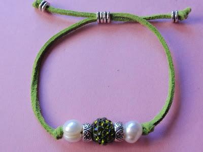 Pulsera en antelina color verde con perlas y cristal verde a juego