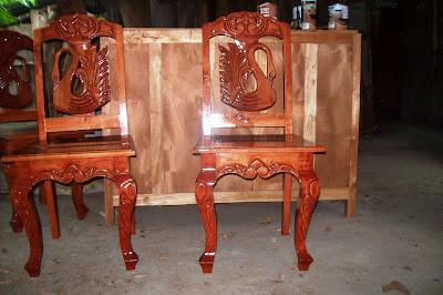 Silla tallada con dibujo en madera