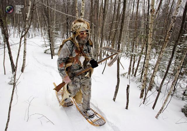 Мужчина принимает участие в стилизованном соревновании по биатлону на снегоступах в Долтоне, штат Миннесота. (Jessica Rinaldi/REUTERS)