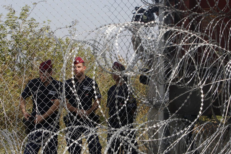 SEPTEMBER 2015 - HUNGARY SEALS BORDER