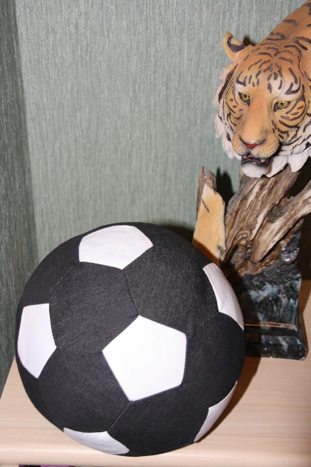Поделка футбольный мяч из семечек