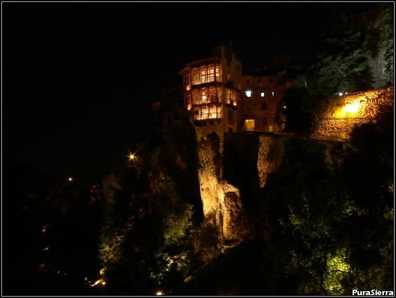 Vista nocturna de las Casas Colgadas de Cuenca