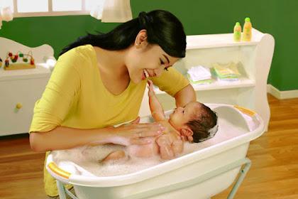 Hindari Cara Memandikan Bayi Baru Lahir Berikut Ini