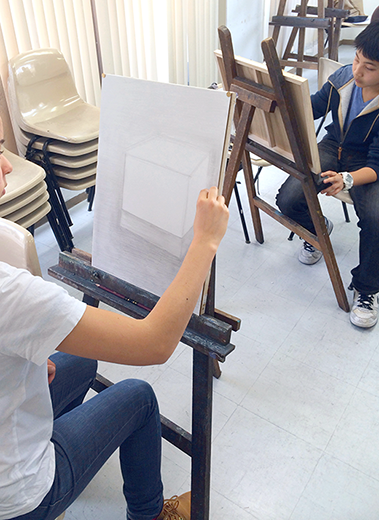 横浜美術学院の中学生教室 美術クラブ 新年度スタート課題「ある場所に置かれた立方体」授業風景2
