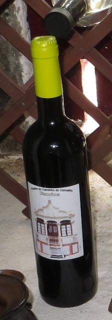 Ampliação de Fotografia de Nicho de janela em Adega na Ilha Terceira com pormenor de Vinho de Cheiro do Bodo dos Biscoitos