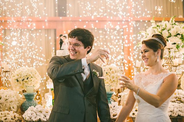 Fogos indoor, gerbs, sparkles, máquina de bolha de sabão, mesa do bolo, recepção, casamento