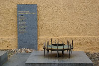 לוח זכרון עליו רשומים שמות מחנות ההשמדה אליהם נשלחו יהודים מגטו טרזין