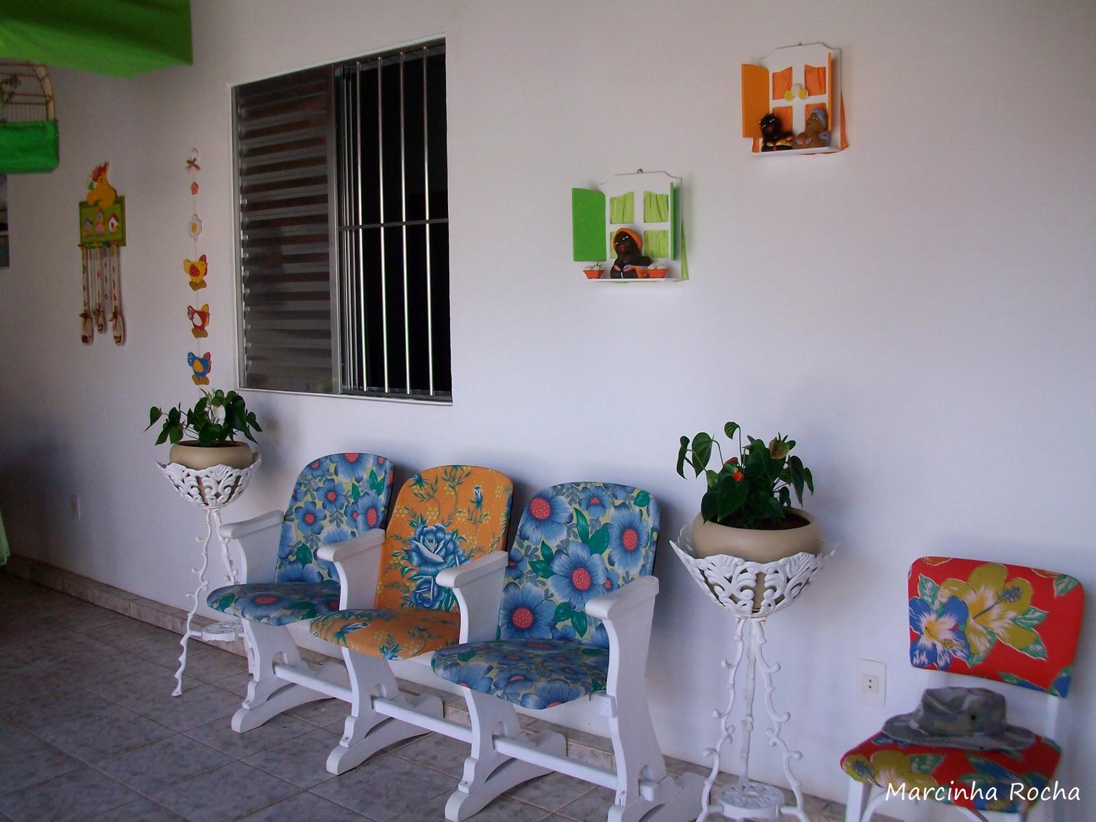 Cadeira de cinema antiga coberta com chita e pintada de branco mais  #74392D 1600 1200