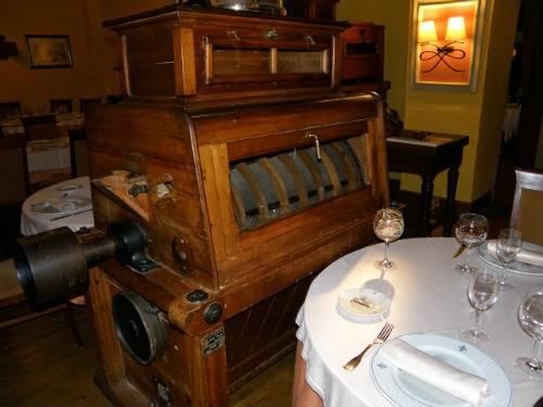 Máquina antigua de molino en el comedor del restaurane