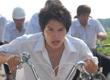 自転車を必死にこぐ学生服姿の市原隼人