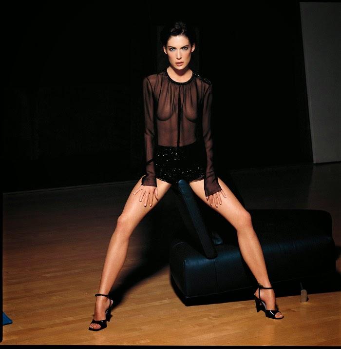 Lara Flynn Boyle is so sexy with hot legs