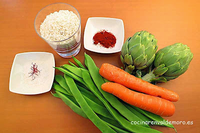 Ingredientes del arroz con verduras: arroz, alcachofas, zanahorias y judías verdes
