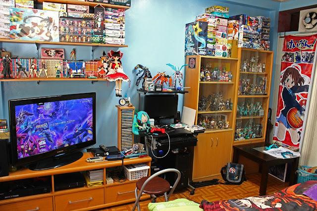 Duża liczba figurek w pokoju fana japońskich animacji