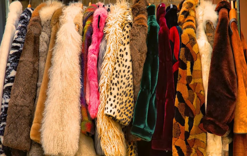 Vários casacos de pele