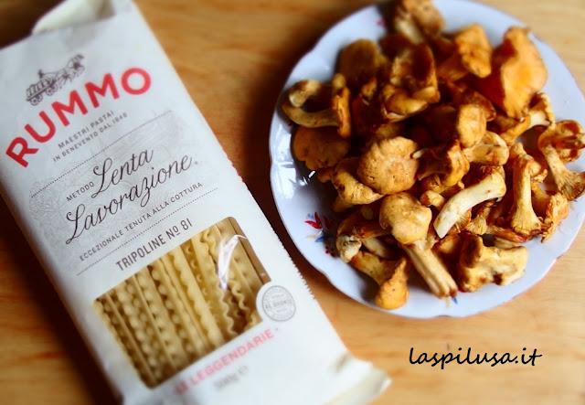 Ricetta veloce e buonissima: pasta ai funghi galletti con guanciale ed erba cipollina