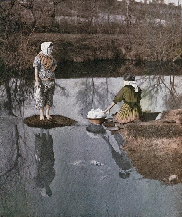 Água tranquila - Lavadeiras num rio de Portugal