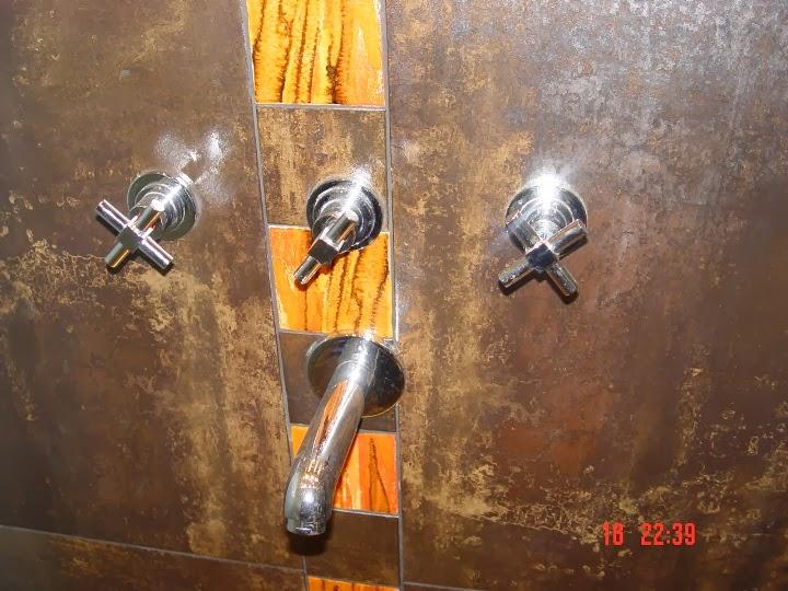 Баня с вграден душ и стъклен умивалник и стена 3