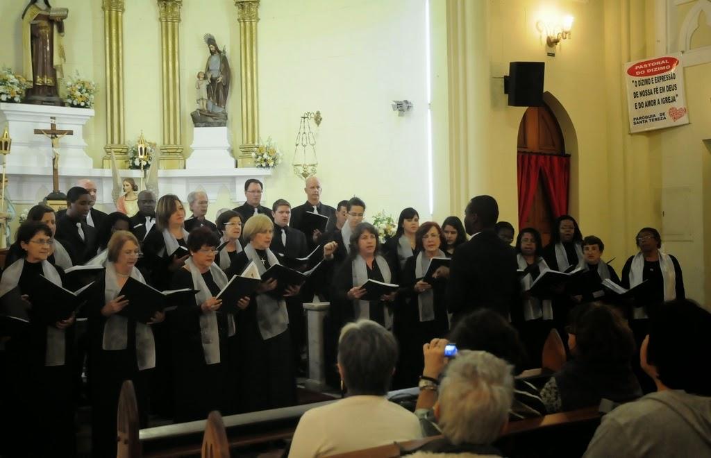 O Coro Lírico Acrópolis com o maestro Ágni de Souza