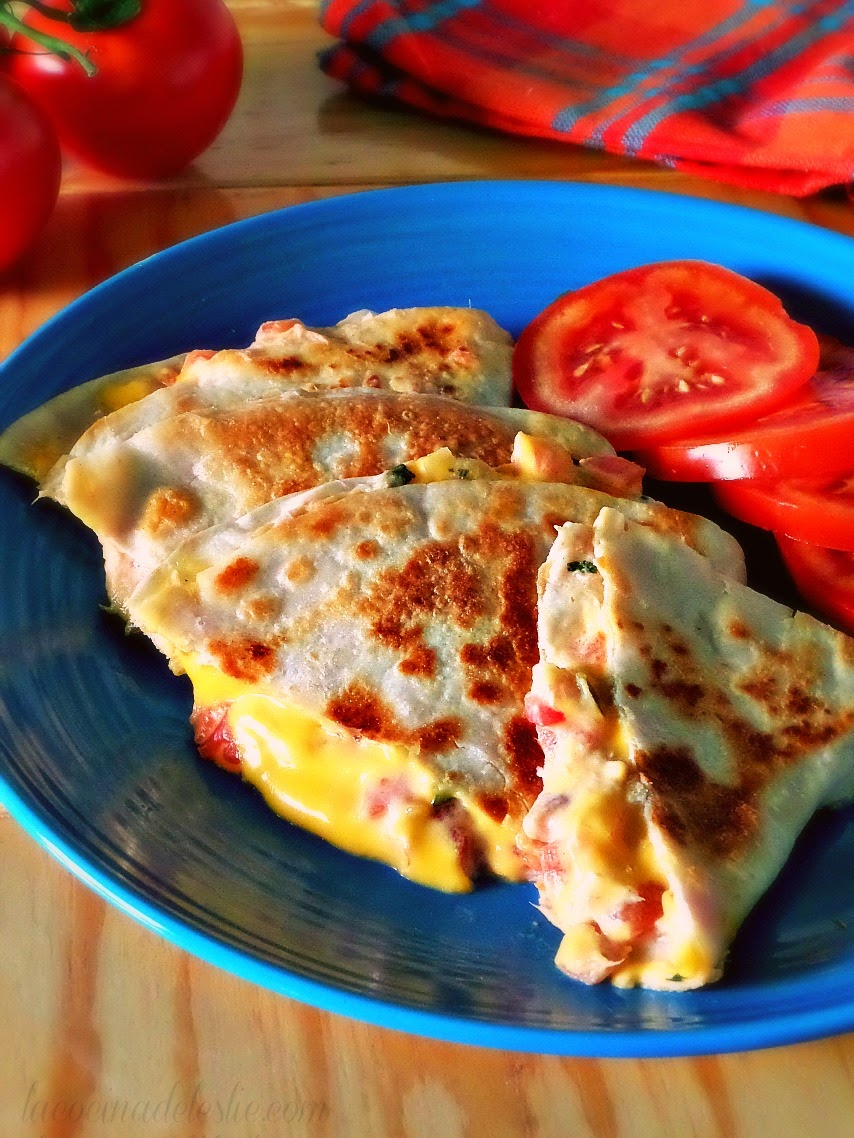 Quesadillas de Atún (Tuna Melt Quesadillas) - lacocinadeleslie.com