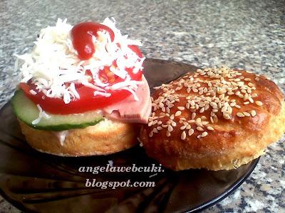 pogácsa szendvics a nagy pogácsából egy kis tojással, sajttal, paradicsommal és uborkával
