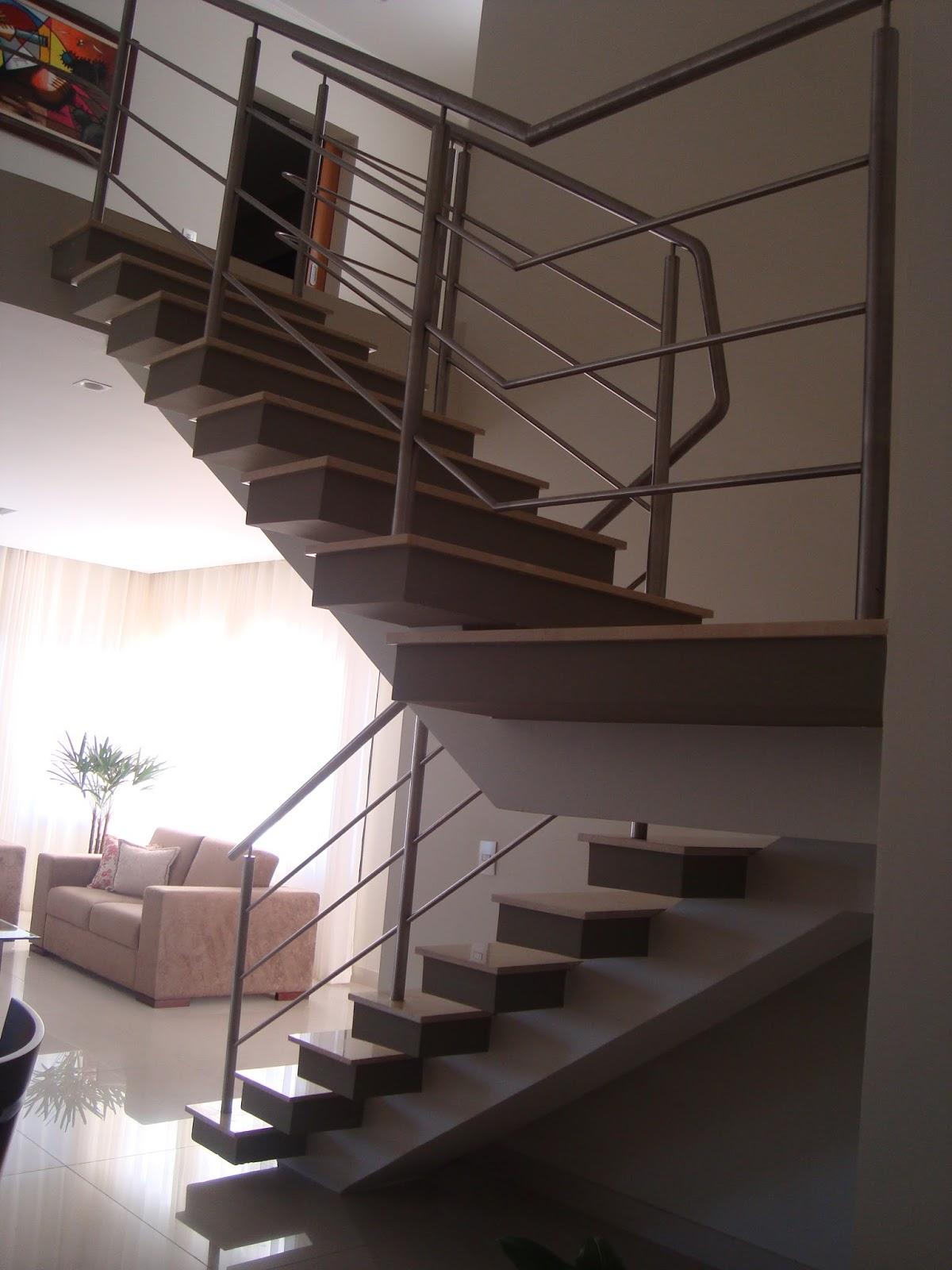 Escada apoiada em viga central com degraus vazados. Corrimão em aço  #795252 1200x1600 Banheiro Bege Bahia