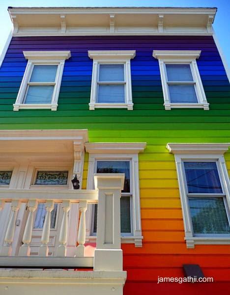 Casa de madera pintada a colores como arco iris